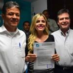 Irma Terán Villalobos, con su constancia de registro.