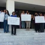 También en las escalinatas del Congreso del Estado se manifestaron los trabajadores para exigir el pago puntual de sus quincenas, ya que les adeudan dos y está por vencerse una más.