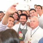 Tras inaugurar el congreso cenecista, el presidente Enrique Peña Nieto hizo un recorrido porla expo de productos agrícolas y pesqueros, donde departió con el titular de Conapesca, Mario Aguilar, y con el Chef Oropeza, promotor del consumo de pescados y mariscos en México.