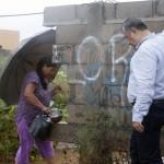 Vecinos de la colonia Santa Fe le solicitaron al alcalde de Agua Prieta, Héctor Rubalcava, el derrumbe de una barda que obstruye el libre tránsito.