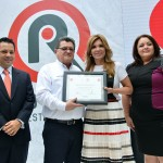 A nombre de la familia de Radio Sonora, la gobernadora Claudia Pavlovich le entregó a Armando Moreno Gil un reconocimiento por su trayectoria en el micrófono desde que inició operaciones esta radio.