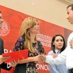 La gobernadora Claudia Pavlovich al momento de entregar su beca a uno de los más de 16 mil estudiantes beneficiados.