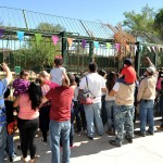 Muchos niños y adultos que acudieron este sábado al Centro Ecológico de Sonora presenciaron cuando el tigre Quixt recibió su piñata.