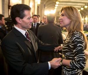 El presidente Enrique Peña Nieto saluda a la gobernadora Claudia Pavlovich.