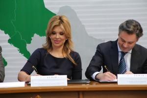 La Gobernadora y el titular de la SEP firman el acuerdo.