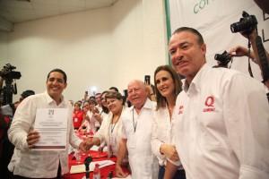 """Jesús """"Chuy"""" Valdez con constancia en mano que lo acredita como candidato del PRI a la Alcaldía de Culiacán."""