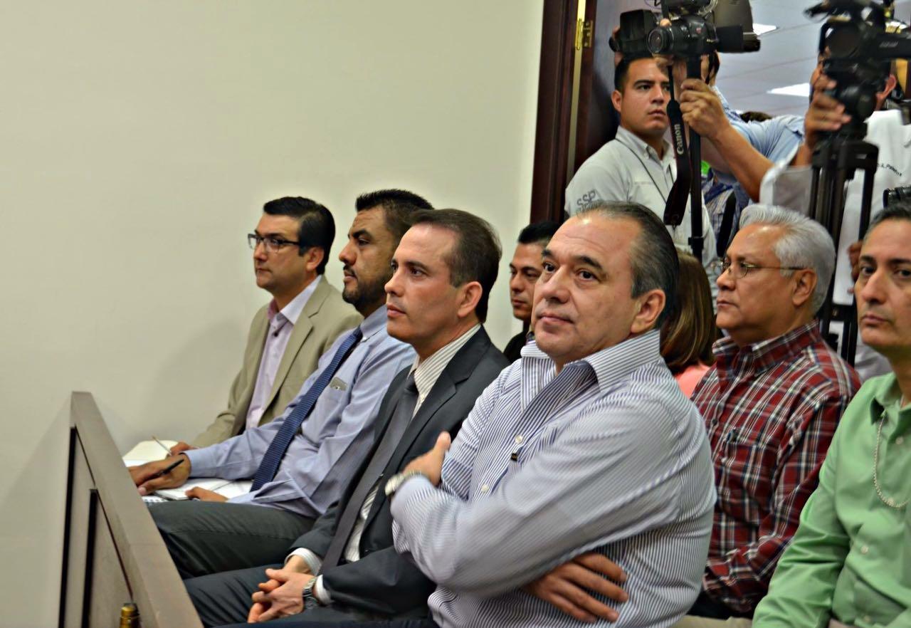 Entre el público y atestiguando la primera sentencia en el nuevo modelo de justicia en Sonora, estuvieron el procurador Rodolfo Montes de Oca y el secretario ejecutivo de la Comisión Implementadora del Nuevo Sistema de Justicia Penal, Raúl Guillén López.