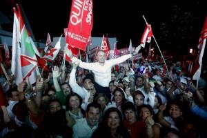 Quirino Ordaz festeja con sus partidarios tras el debate de esre miércoles.