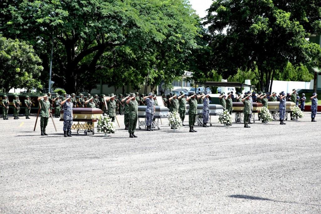 El general Salvador Cienfuegos, secretario de la Defensa Nacional, encabezó este sábado el homenaje a los soldados caídos en la emboscada.