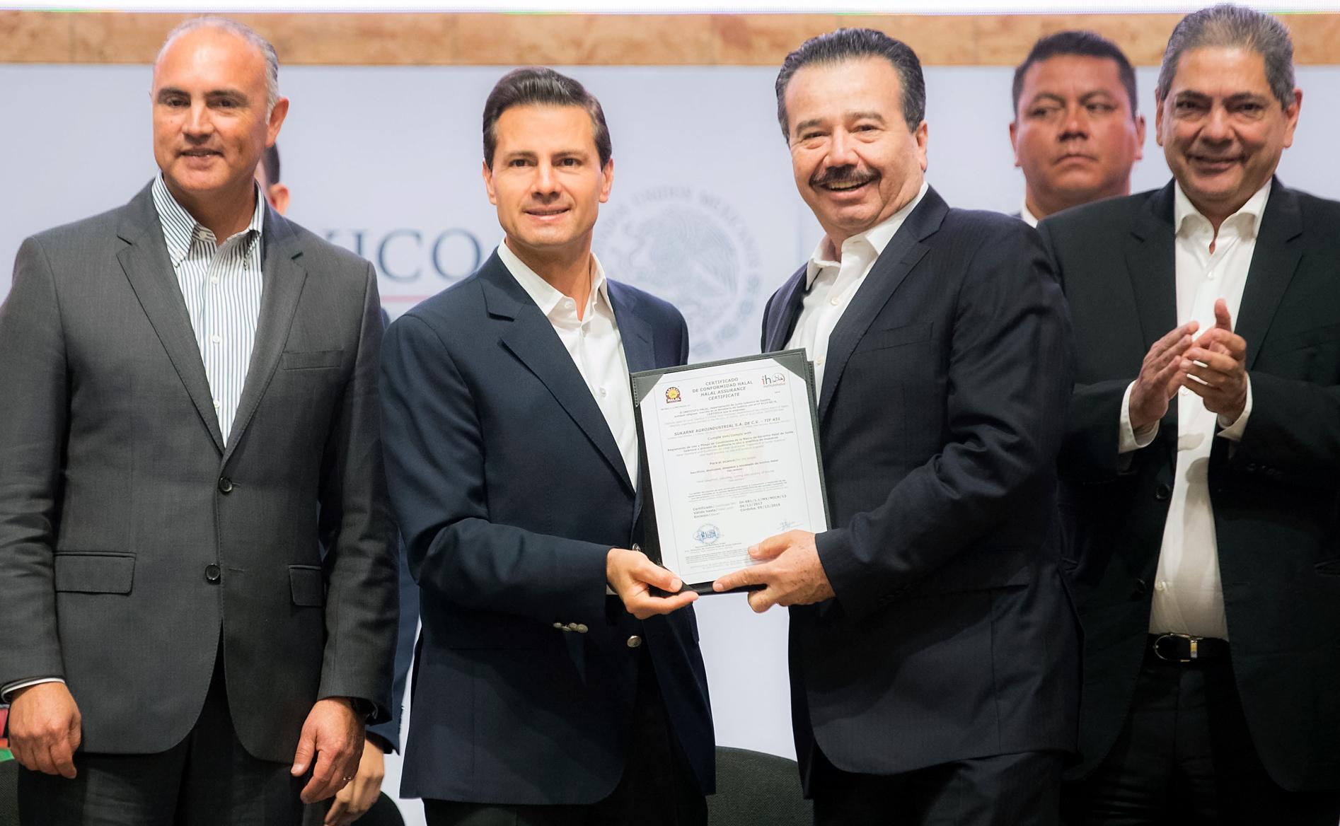 El Presidente Peña Nieto le entrega a Jesús Vizcarra Calderón, propietario del Grupo SuKarne, el Certificado TIF Halal.