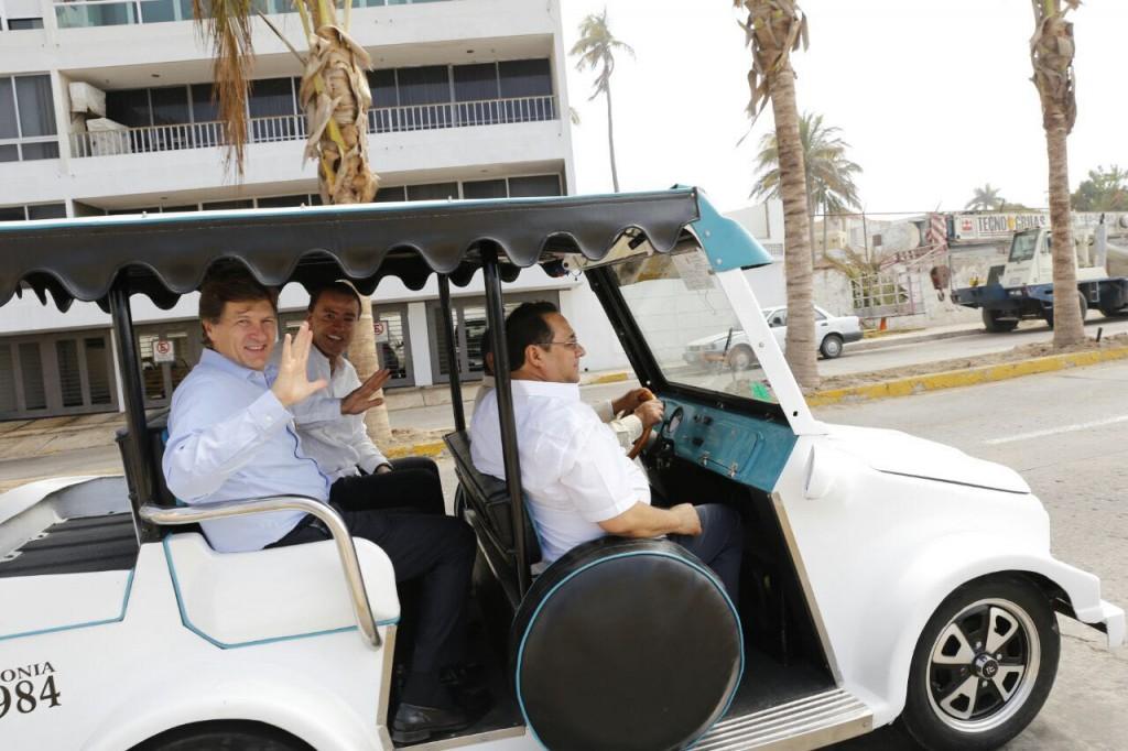 """El secretario de Turismo, Enrique de la Madrid Cordero; el gobernador Quirino Ordaz Coppel, y el alcalde de Mazatlán, Fernando Pucheta, pasearon en una """"Pulmonía""""."""