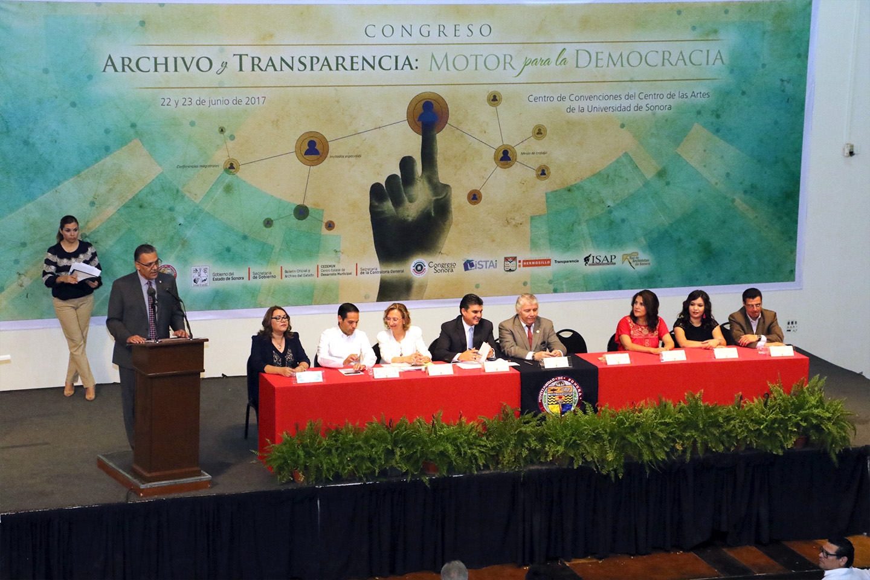 El rector de la Universidad de Sonora, Enrique Fernando Velázquez Contreras, dio la bienvenida a los asistentes al Primer Congreso de Archivo y Transparencia.